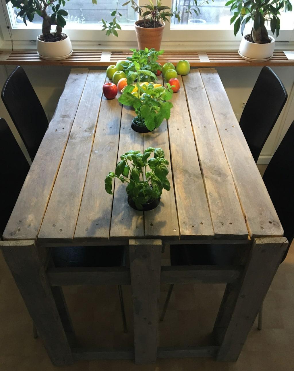 Här är det snygga och robusta köksbordet.