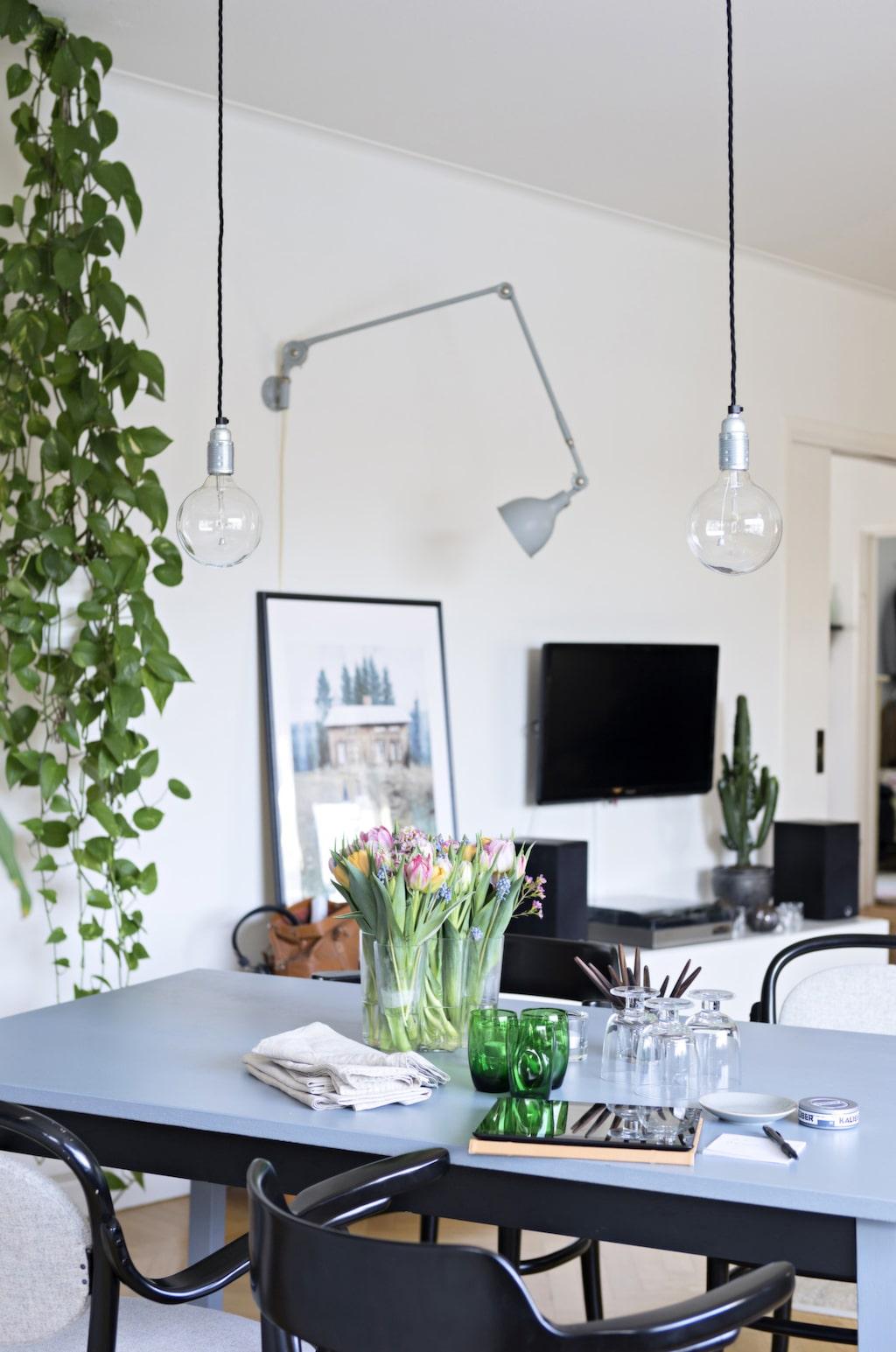 Två enkla glödlampor i stället för en lampa skapar en luftig känsla över matbordet.