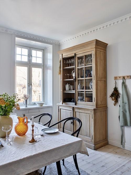 Det gedigna träskåpet ser ut som om det alltid stått i just detta kök. Men Hannes fick överskrida sin budget vid budgivningen innan det till slut blev hans.