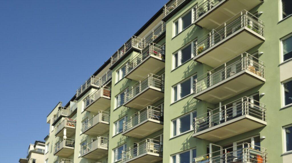 Sök på lägenheter en bit utanför city, i kranskommunerna. Ju längre utanför, ju lättare att få.