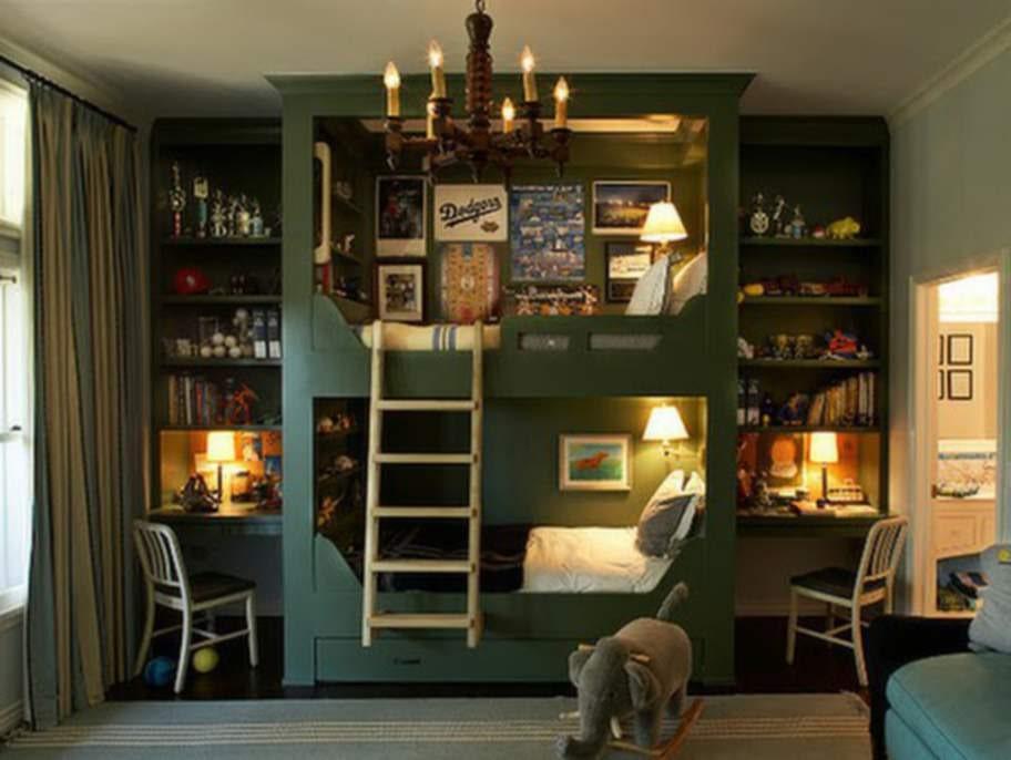 Rum för två, med lite plats för privatliv. Varsitt skrivbord och varsin mysig säng.
