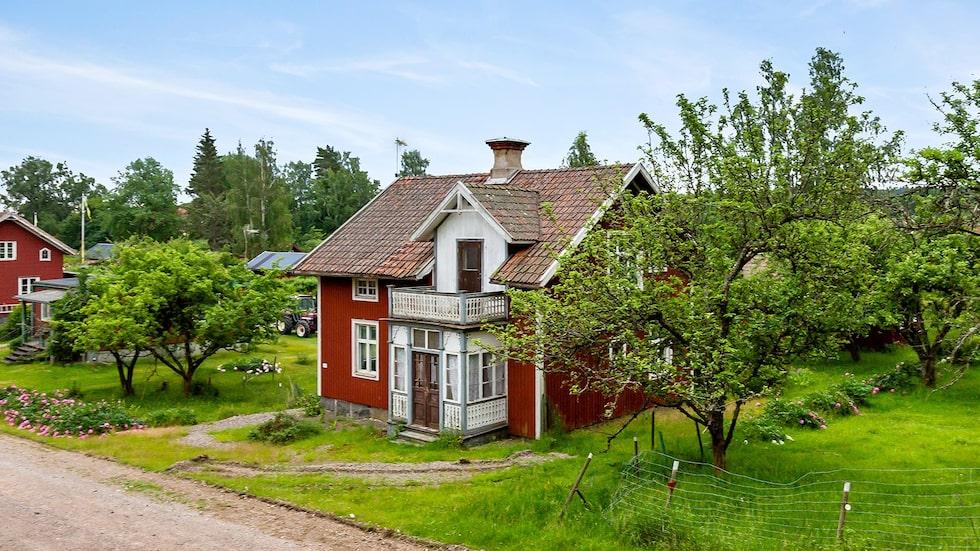 Huset ligger i Brevens bruk, strax utanför Örebro.