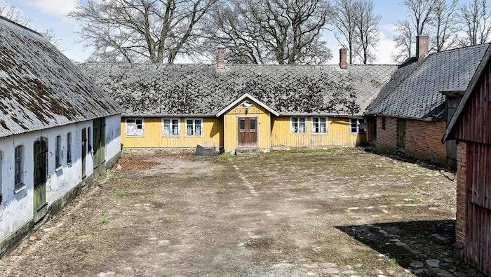 Så här såg gården från 1700-talet ut när den var till salu våren 2018.