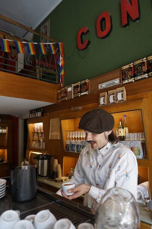 Andreas Johansson värnar kaffekulturen på Bönan & Mustaschen i Växjö.