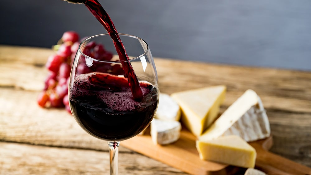 Merlotdruvan är populär att använda i olika blends, gärna med cabernet sauvignon, men står sig även väl på egen hand i viner från Pomerol och Saint-Emilion.