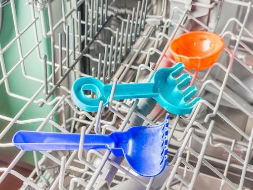 Plastleksaker är faktiskt perfekt att köra i diskmaskinen när det är dags att rengöra.
