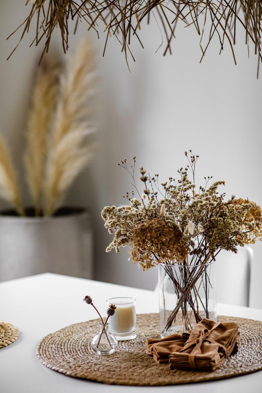 På köksbordet står en torkad bukett med vallmo och hortensia från trädgården.