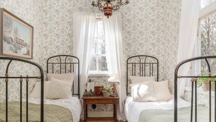 Ett av lärarbostadens två sovrum.