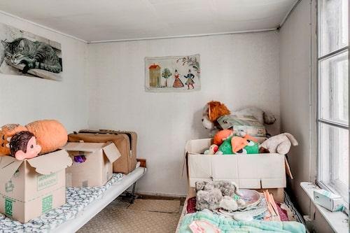 De gamla tältsängarna är belamrade med gamla leksaker...