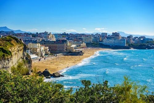 Grand Plage är Biarritz längsta strand. Här trivs solbadare på den gyllene sanden.