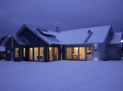 SUNLIGHT E1 - Stora fönster och solfångare på taket. TYP: 1-plans lågenergihus med fyra rum och kök på 164 kvadratmeter.  PRIS: 3 000 000 kronor 18 293 kronor kvadratmetern HUSFÖRETAG: Trivselhus www.trivselhus.se