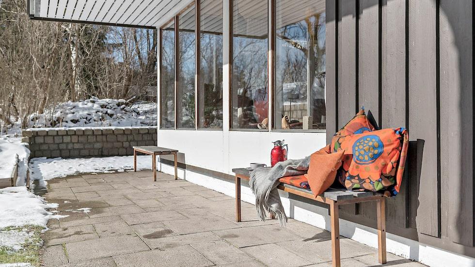 I trädgården på 600 kvadratmeter finns flera stensatta uteplatser för både grill och umgänge, odlingsrabatter och gräsmatta.