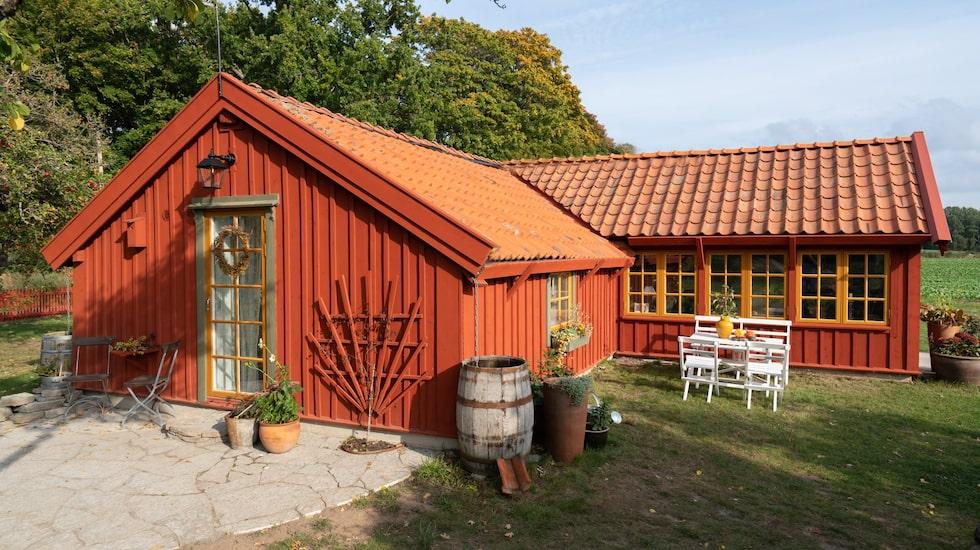 Efter tre år av renovering kunde Mathilda och John äntligen flytta in. Utomhusbelysning Junibacken, Kulturlampan. Spaljén är egenbyggd.