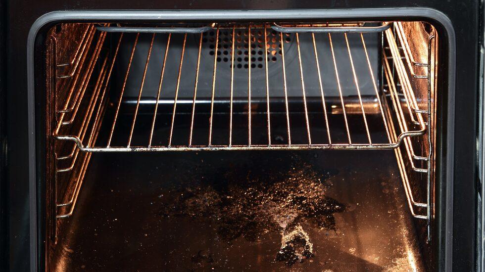 Använd lite bikarbonat och ättika och följ stegen nedan, så kommer ugnen i stort sett rengöra sig själv.