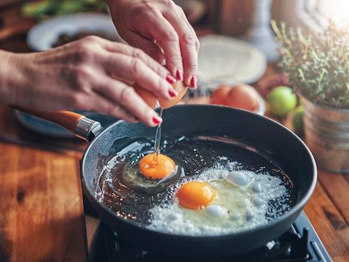 Trots massor av matlagning och förbud mot diskmedel går det att rengöra gjutjärn så att stekpannan blir fräsch igen.