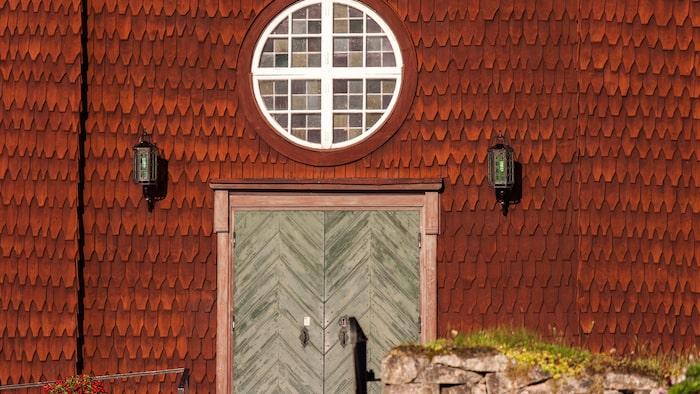 Ekshärads vackra spånklädda kyrka i Värmland reser sig nära pilgrimsleden, som går till helgonet S:t Olof i Nidaroskatedralen i Trondheim.