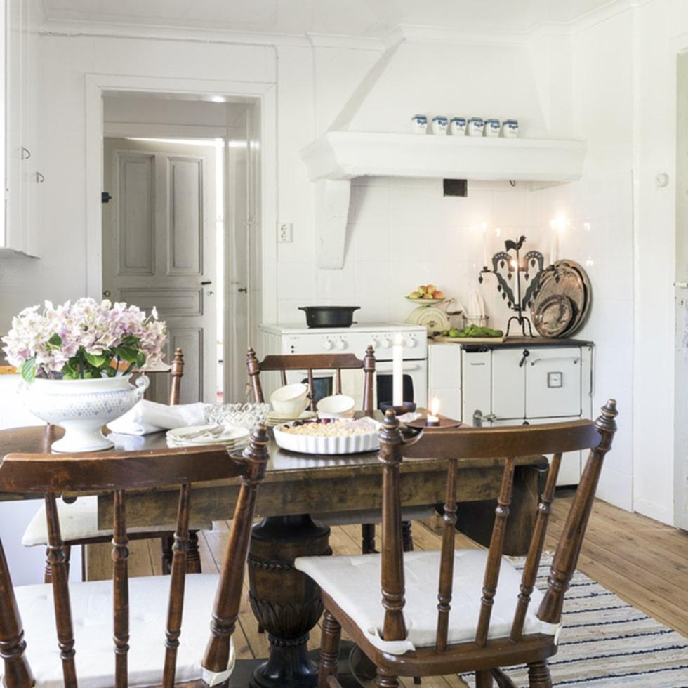 Lantligt. Köket är gammaldags med vedspis. Fina trasmattor pryder det gamla trägolvet.