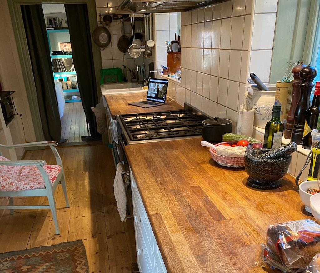 Plura vistas mycket i köket. Här har de installerat en rejäl gasspis med plats för sex grytor.