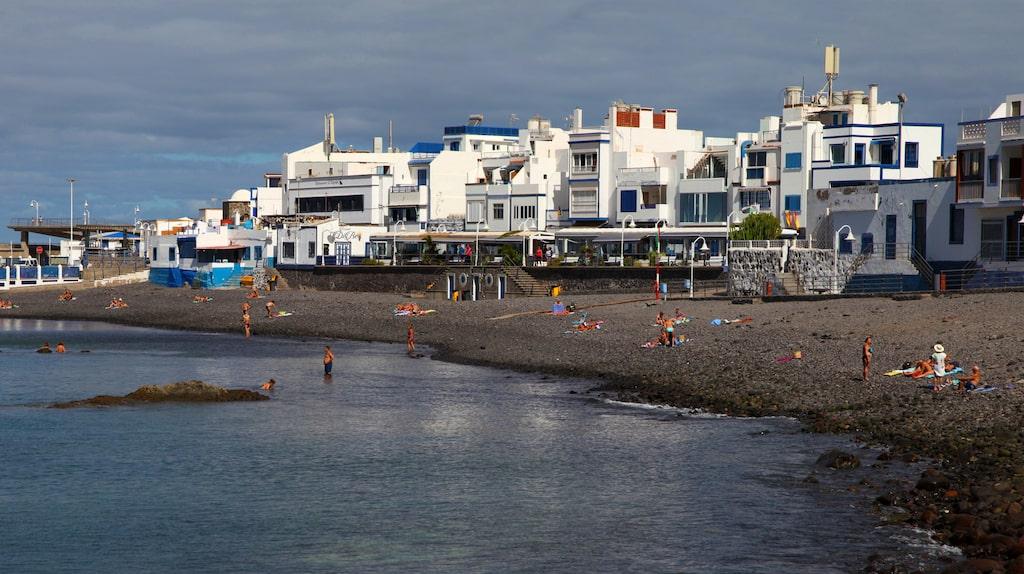 Puerto de las Nieves stenstrand kantas av många fisk- och skaldjursrestauranger.