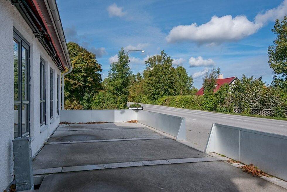 <p>Husets framsida ligger vid vägen genom Kappelshamn. Stor plats för uteservering.<br></p>