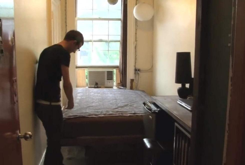 Soffan förvandlas lätt till säng – genom att fälla ner sängen som annars sitter uppe mot väggen från soffans rygg.