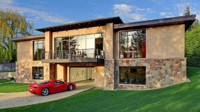 Världens kanske häftigaste garage är till salu i Bellevue, nordvästra USA.