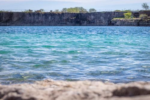 I Grönhögens kalkbrott blir det turkosa vattnet varmt lite fortare än i havet och lämningarna från industritiden utgör en cool bakgrund för äventyrliga badare.