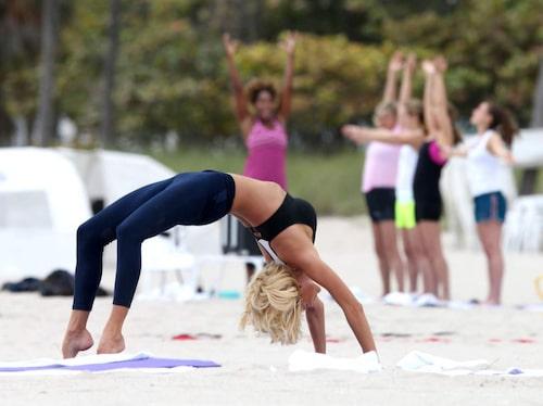 Victoria Silvstedt yogar på stranden.
