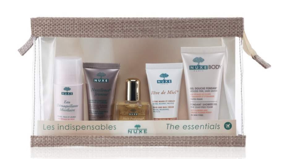 Mest prisvärdNamn: The Essentials, Nuxe Pris: 99 kronor, 0,9 kronor per ml. Necessär med fem hudvårdande engångsförpackningar för ansikte och kropp.Innehåll: Micellar cleansing water/35 ml, Nuxellence jeunesse/15ml, Huile prodigieuse/10ml, Hand and nail cream/15 ml, Shower gel/30 ml. Material: Plastnecessär med blixtlås och dekorband, engångsförpackningar i mjukplast och liten flaska i glas. Vikt: 239 gram.Övrigt: Dermatologiskt testade produkter med botaniska ingredienser.Expertens kommentar: Snygg transparent necessären gör att man inte behöver flytta över produkterna till säkerhetskontrollens plastpåse kammar hem poäng, det gör även det låga priset. Tyvärr är det bara en produkt av fyra som är påfyllningsbar.Läs mer: www.apotea.se