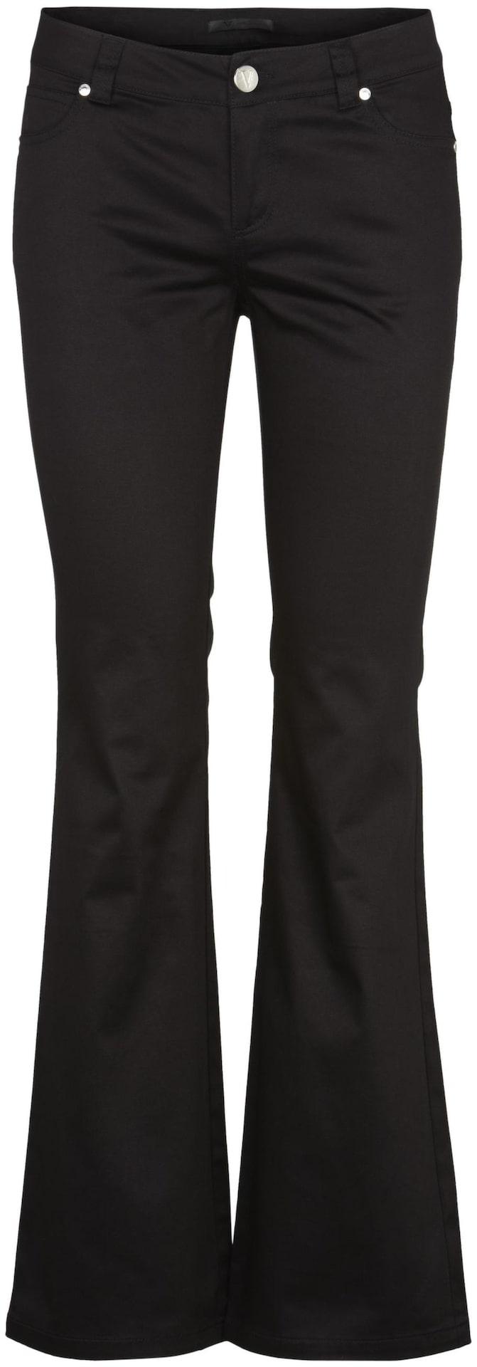 Satsa på mörka vida byxor med lägre midja kombinerat med en fin ljus blus om du vill dra uppmärksamhet från höfterna. De här svarta jeansen kommer från V Collection, 1 399 kronor.