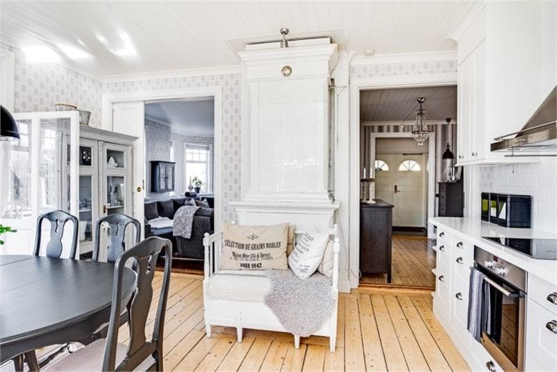 Detta kök är renoverat 2015 i lantlig stil med känslan av infällda luckor. I köket finns en stor och vacker kakelugn som ej är i bruk då det är otät anslutning till skorsten.