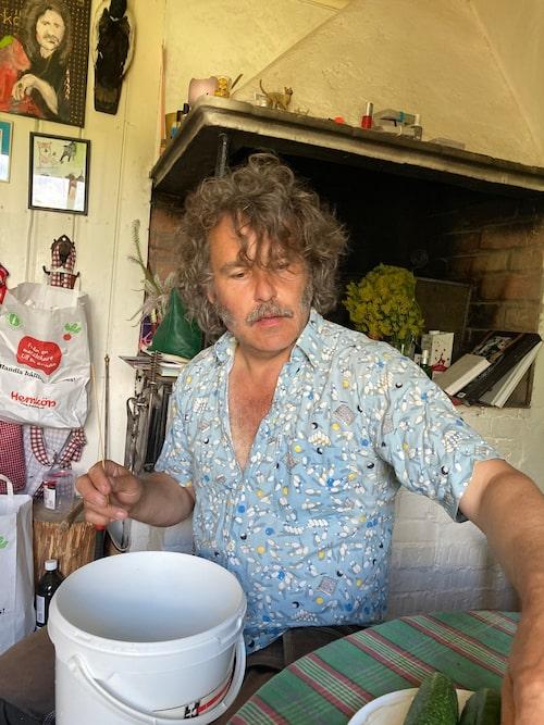 Erik Haag trivs i det gamla huset på landet. Här ägnar han sig bland annat åt att odla gurkor.