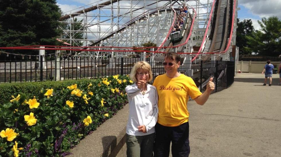 Thunderbolt. Eva och kompisen Jurgen framför bergbanan Thunderbolt på nöjesparken Kennywood i Pennsylvania.