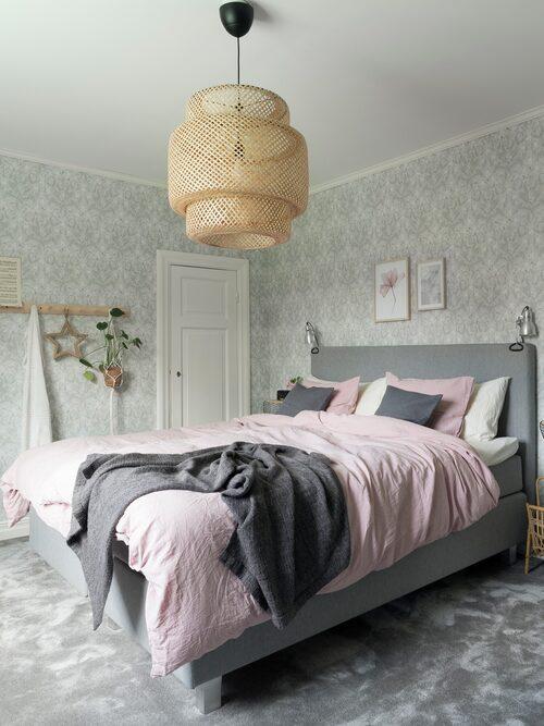 En mjuk heltäckningsmatta breder ut sig i sovrummet. Tapet Thistle, Boråstapeter. Säng och sänggavel, Sova. Taklampa Sinnerlig, Ikea. Knopplister, Iris Hantverk.