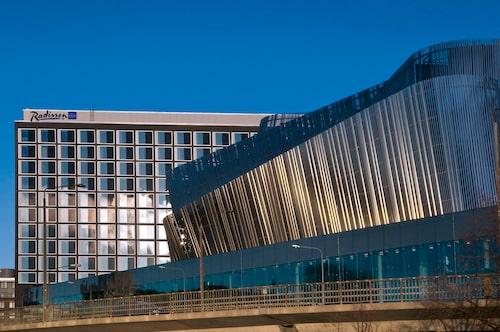 Glänsande moderna Waterfront Hotel.