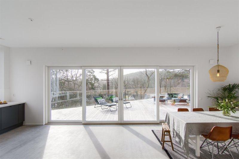 Överallt stora fönster, mycket ljus och rymd. Från kök och matrum kommer man direkt ut på det stora trädäcket.