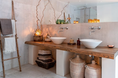 Det rymliga badrummet är en fröjd för ögat. Här får flera familjemedlemmar plats samtidigt även stressiga morgnar, något hela familjen värdesätter.