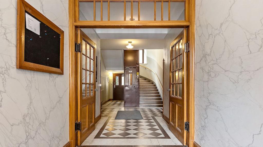 Vacker entré till huset med just nu den minsta lägenheten som är till salu i Sverige.