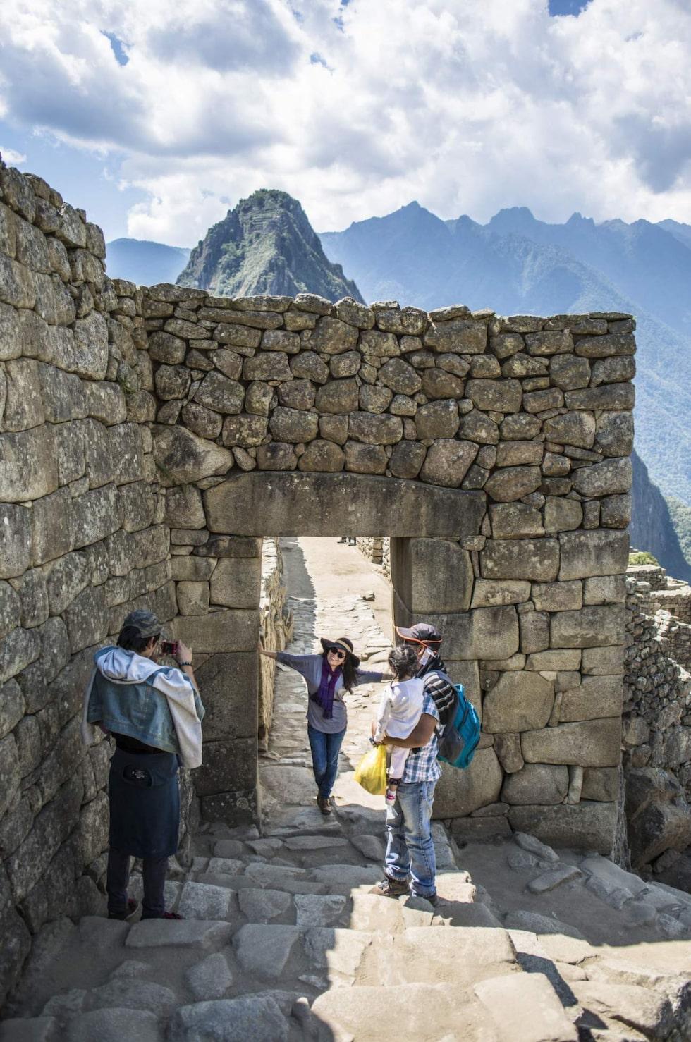 Vid ingången till stenstaden tar turister kort på varandra.