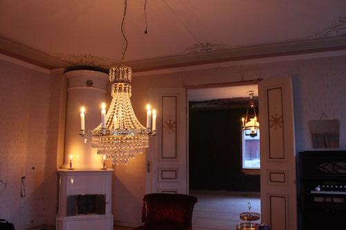 Mysigt med levande ljus innan de hade installerat ny el i huset.