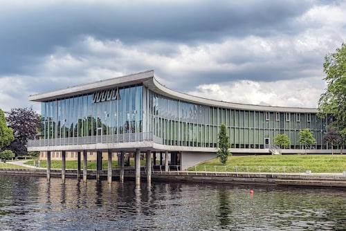 Stadsbiblioteket i Halmstad kom till efter en arkitekttävling där allmänheten fick rösta. Danskarna Mette Wienbergs och Kim Holst Jensens förslag vann med bred marginal och kom sedan att byggas.