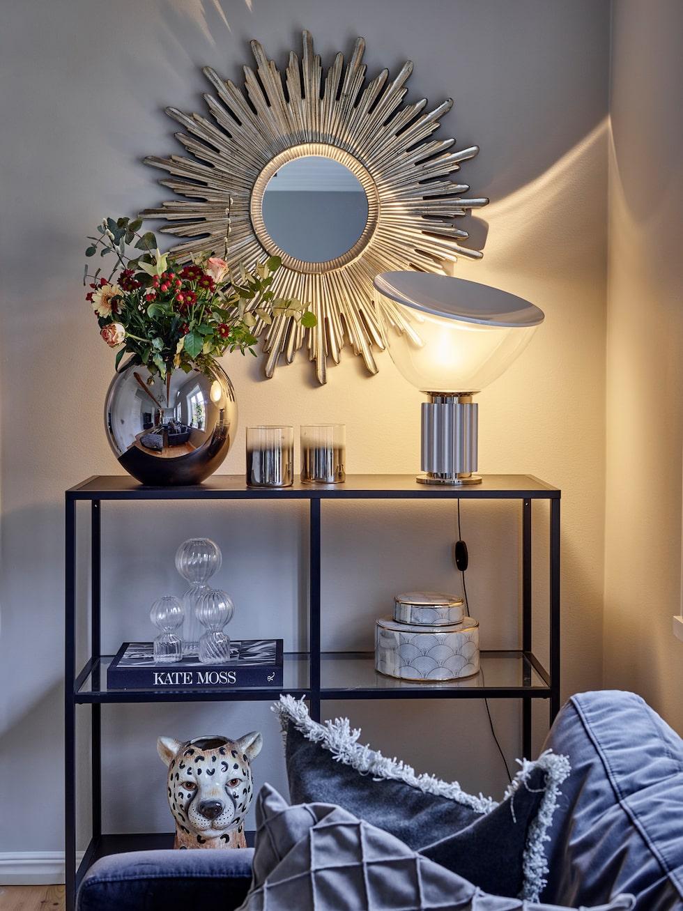 Sideboard, Ikea. Soffa, Sofacompany. Lampa, Flos. Tigervas, By On.