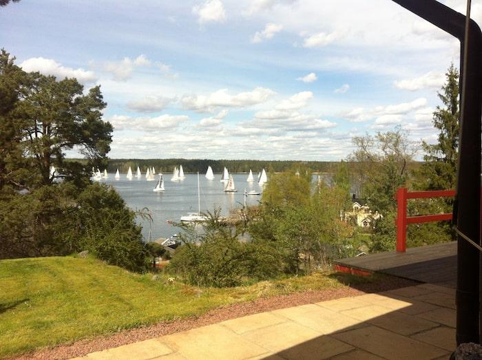 Villan på strandtomten i Elfvik har ett högt, härligt läge med utsikt över fjärden. Terrasserna är insynsskyddade. Ulf Brunnberg trivs så bra hemma att han knappt lämnar Lidingö.