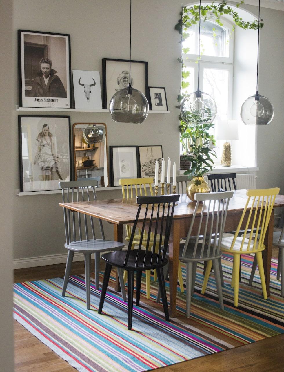 Matplatsen. Bordet är gammalt och ska bytas ut mot ett större. Stolarna är köpta på Käkeläs möbler i Västerås. Lampor från Ikea och randig matta från Linie design.