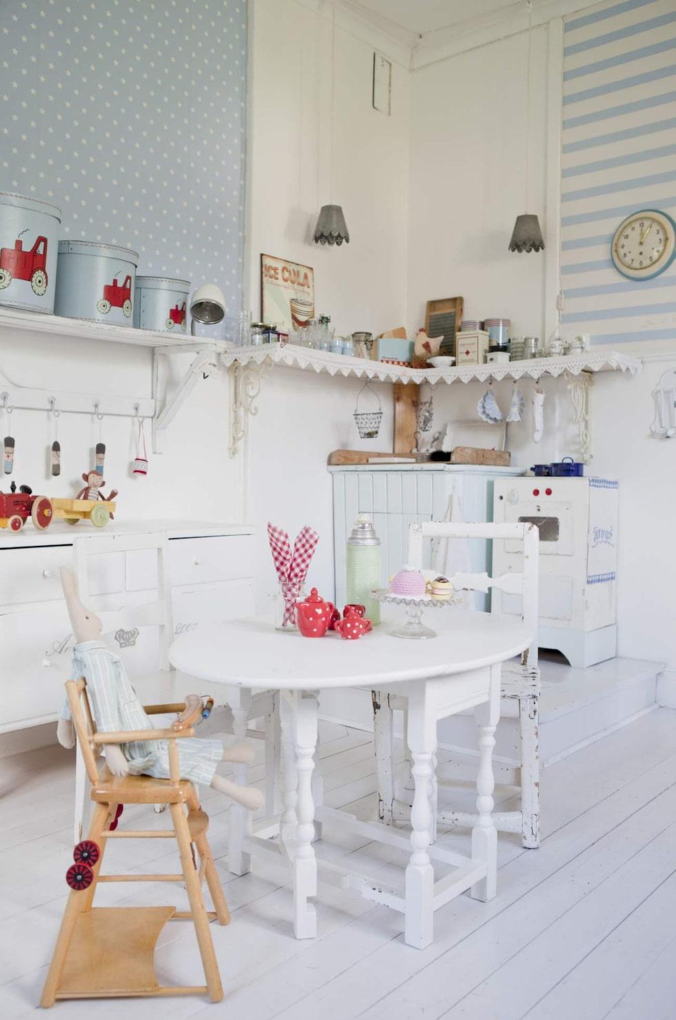 Rena drömrummet med eget kök och massor av vackra detaljer. Äldre möbler med vacker patina, lite nytt och lite egensnickrat.