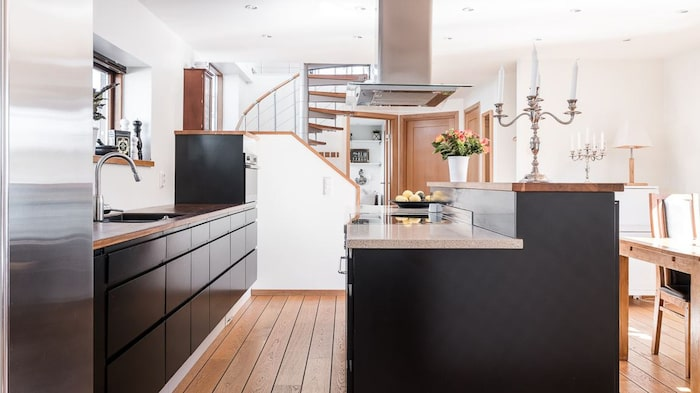 Köket med öppen planlösning och allt man behöver.
