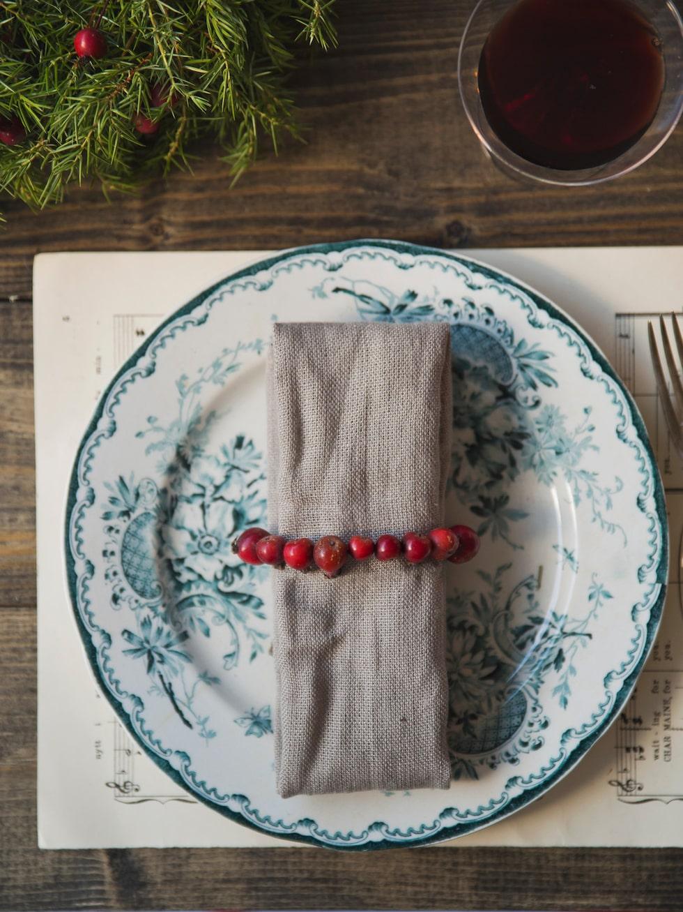 Varför inte binda en vackert julröd servettring?