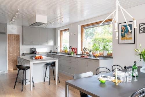 Madeleine och Erik kände att husets gamla köksinteriör hade gjort sitt under 50 år och att det var dags för en uppdaterad och mer praktiskt lösning. Kök, Kvänum. Takskenor och taklampa Star, Örsjö.
