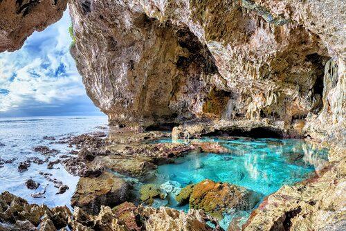 En av många grottor på korallön Niue.
