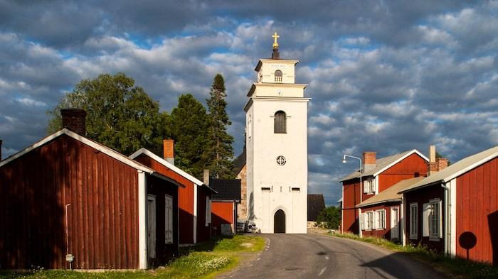 1400-talsyrkan i Gammelstad, Nederluleå kyrka,  omges av de röda stugorna i en magnifik kyrkstad som Unesco har utsett till världsarv.